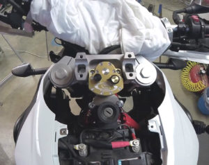 BMW F800GS - Scotts steering damper installation, albe's adv